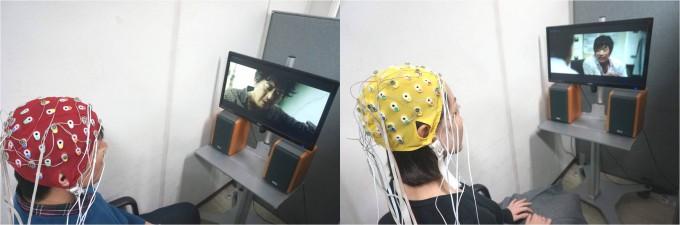 남녀 기자가 각각 머리에 뇌파 측정기를 붙이고 영화 '추격자'와 '주온'을 관람하고 있다. 모자에 달린 전극 24개는 영화를 보는 동안 눈의 깜박임과 베타파 등 뇌의 변화를 측정한다. - 한양대, 이우상 기자 idol@donga.com 제공